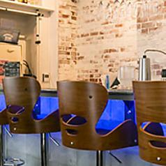 ≪カウンター席×5席≫御影石で作られた重厚感のあるカウンターテーブルは、お一人様でもゆっくりお食事をお愉しみいただけます。