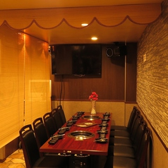 ◆すだれで仕切ったの半個室席◆完全個室の他にもすだれでテーブルを仕切った半個室もございます。ゆったりと寛げる空間はリピーターも多い人気のお席です。テレビモニターの近くなので、スポーツ観戦も可能♪【個室 飲み放題 焼肉 誕生日】