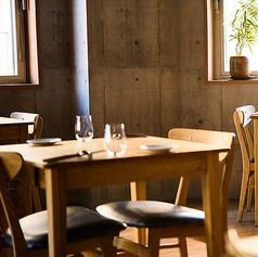 天井を高くとることで広々と開放感が生まれる空間に。お席の間隔が広いため、周囲を気にすることなくゆったりとお食事をお楽しみ頂けます。