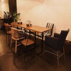 テーブル席を繋げれば8名様~10名様までお座り頂けます。会社のお集まりなどでご利用下さい。