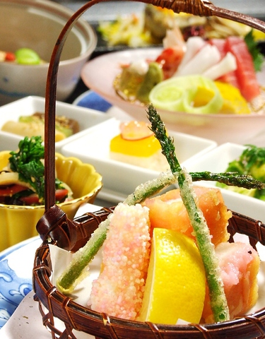大切な方との宴会に彩りを添える貴石の創作料理のコース。献立はお客様とご相談で。
