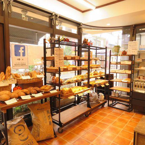 明るくて清潔感あふれる店内は、焼きたてパンのいい香りに包まれています☆店内に入っただけで幸せな気持ちになれる、そんなお店がベーカリーカルテットです☆美味しいパンを焼いて皆様をお待ちしております♪