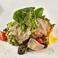 料理メニュー写真生ハムと温泉卵のサラダ