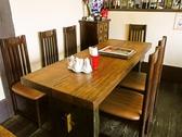 家族連れに最適の広めなテーブル完備。子供がいてもゆったりと使えるので、とても好評。