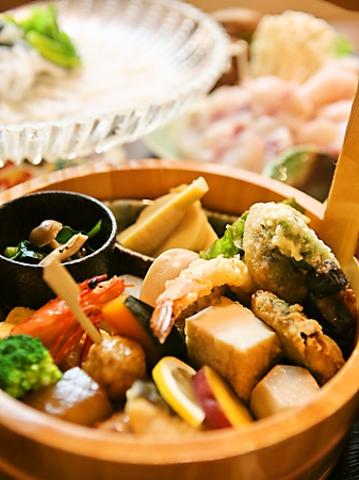 地産地消で鮮度のよいこだわり食材で作る料理の数々。落ち着いた座敷でコース料理を。