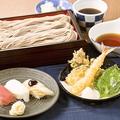 料理メニュー写真天せいろ二八そばと寿司三貫セット