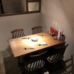 【中3階 デート向け個室席】中3階テーブル席は、ゆったりとした落ち着いた空間です。デートなど周りを気にせず寛ぎたい方におすすめ♪【禁煙】