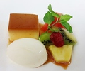 料理メニュー写真カスタードプリンとバニラアイスクリーム・フルーツの盛り合わせ