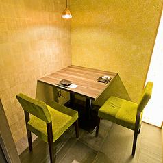 【2名様向けの完全個室もご用意!】ご友人との飲み会やデートにも完全個室をご用意致します。 ゆったりのんびりお過ごし頂ける空間個室で旬の食材を心ゆくまでお愉しみ下さい。