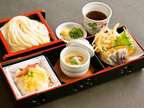 香川県産「さぬきの夢」使用、コシとモチモチ感が自慢のうどんと石挽きそばが大人気!