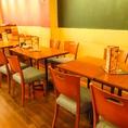 ゆったりくつろげるテーブル席♪お席は連結可能なので、人数様によってカスタマイズ出来ます。テーブルレイアウト自由自在♪コース飲み放題付き3500円→クーポンで3000円!