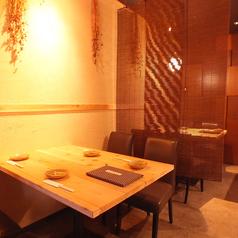 店内奥のテーブル席はカーテンで仕切って半個室にも。