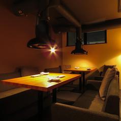 ソファーを繋げて中規模宴会にも対応できる団体席。会社仲間との宴会や飲み会にもおススメのお席です!