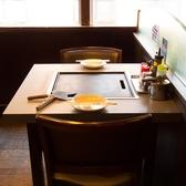 【2~4名様◎】人気のテーブル席。カップルで夜景を見ながらお好み焼きデートをお楽しみください。