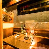 こちらは2名~4名様用の個室席になります。お客様がゆっくりお過ごしいただけるように、こだわりぬいた家具が際立つプライベート空間で自慢の食事とお酒をお愉しみ下さい。事前予約必須の人気の個室になります。