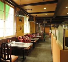 喫茶店定番の4人掛けテーブル席。