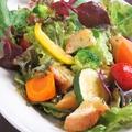 料理メニュー写真ゴロゴロ野菜とガーリックトーストのサラダ