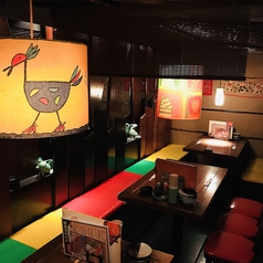 【テーブル席その1】その1雰囲気の良い照明と、カラフルな椅子が目を引くお席です。暖簾を下ろすことが出来るので、部屋を区切ってのご利用もOK。