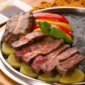 料理メニュー写真石焼きステーキ2種240g(各120g)・牛リブ・イベリコ豚・牛フィレから2種