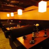 広々とした店内はテーブル席が並んでいます。午前11時から営業しておりますので、昼宴会やママ会、ランチ会、趣味のお集まりなど、さまざまなシーンでご利用ください。