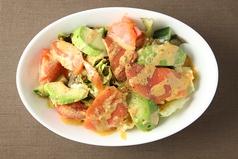料理メニュー写真スモークサーモンとアボガドのコブサラダ