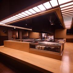 個室のほか、オープンキッチンを囲ったカウンター席もご用意しております。少人数でのご利用にはこちらのお席もお薦めです。
