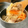 8時間かけて煮出した鶏ガラスープを使った釜飯は、『本気の鶏釜飯』と名付けたほど、こだわりの逸品です。何度も試作を繰り返して、やっとこの味が完成しました!!鶏の旨みがギュッと詰まったスープにぶつ切りの鶏肉と具材を加えて、ご注文ごとに炊き上げます。極上の〆を是非ご堪能ください。