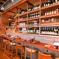 オープンキッチン、食材の並ぶ棚、6つあるワインセラー、かわいい空間を演出♪