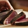 料理メニュー写真鰹の藁焼き 旬の鰹で 厚切り塩たたき ハーフ/フル