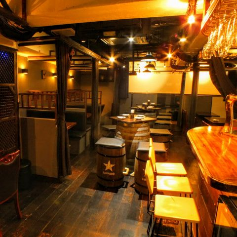 【海賊レストラン】海賊船をイメージした大樽完備の店内♪新宿にひっそりと佇む当店は新宿の喧騒を忘れさるかのような上品で優雅なを飲み場をご提供!また、インテリアや照明での演出にもこだわった店内は間接照明の光に照らされたリラックス空間です♪