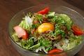 料理メニュー写真カツオユッケサラダ