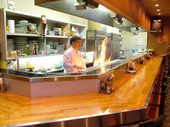 1F、カウンター席。目の前で次々と料理が出来上がっていく光景を見て待つ時間も楽しめます♪