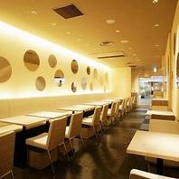 シンプルでスタイリッシュな店内で美味しい韓国料理を♪