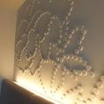 1Fの壁には桐生織の型をモチーフにした粋な演出。