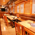 【別館 テーブル席】最大20名まで座れるテーブル席は大人数でのご利用も可能です。