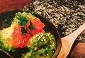 料理メニュー写真こだわりアボカドの塩辛 イクラのせ