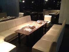 奥のソファ席は4名様以上の方や、ダーツプレイヤーにオススメ。もちろんここでの飲食も可能(o^^o)