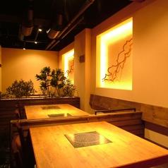 モダンなテーブル席。店内の壁のオブジェや照明など、こだわりが感じられる空間となっております。4名様用と6名様用のテーブルをご用意しております。