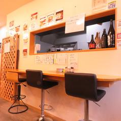おひとり様でも気軽に入りやすい【Izakaya&dining 剣】!店内に入ると1Fにはテーブル席とカウンター席が◎周りの雰囲気を楽しみながら、おひとりの空間も楽しめる人気のお席です。