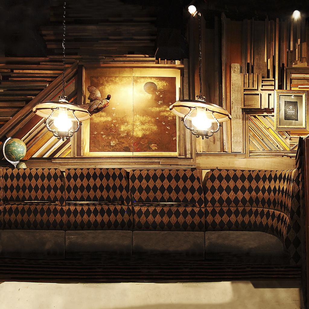 どの席も廃材を使った手作り。木の温もり溢れるENのテーブル席は同じテーブル・椅子はありません。