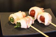 料理メニュー写真豚のトマト巻串