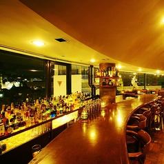 カウンターが10席あります。一面に並んだお酒のボトル越しに、城山界隈の夜景が楽しめます。一人で来店される女性・男性も沢山いらっしゃいます♪カウンターからの景色が一番綺麗かもしれません♪