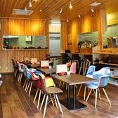 デザイナーズレプリカソファーを使用。オシャレな店内と料理はSNS映えすること間違いなし!
