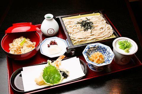 おすすめ料理は、おかわり自由の「ふるまいそば」1580円。毎月28日はそばの日。