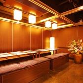 画像は12名用です。お部屋の画像は全36室の一部です。他にも沢山ございますのでご安心下さい。テーブルの並び方も様々なタイプがあります。4名~300名様迄必ず個室で承ります。全室が天井から床まで壁の完全な個室ですので法人様・公官庁様の宴会・同窓会等に最適です。各テーブル毎にエアコンの温度調節が可能です。