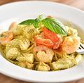 料理メニュー写真トマトとモッツァレラのジェノベーゼパスタ