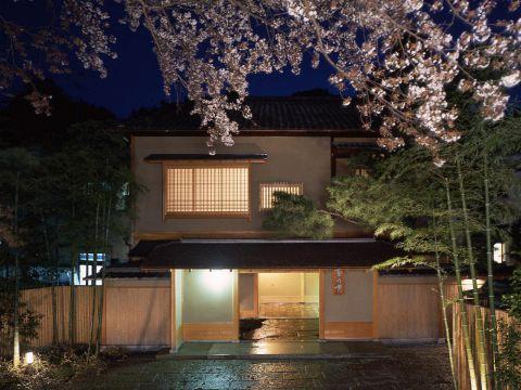 京の情緒あふれる東山の中に位置する「菊乃井」。四季折々の懐石をご提供いたします。