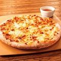 料理メニュー写真ゴルゴンゾーラチーズが入ったピッツァ(ハチミツ添え)