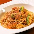 料理メニュー写真豚バラ肉と季節野菜のラグーソースパスタ