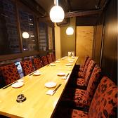 6名様から10名様までご利用頂ける個室。窓から見える夜景を楽しみながら、ごゆっくりお料理をお楽しみ下さい。